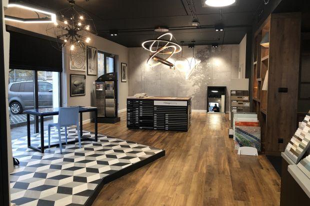 Przyjaźnie zaprojektowana, licząca 250 metrów kwadratowych przestrzeń nowego salonu Dekorian Home we Wrocławiu przy ul. Jeździeckiej 19, przyciąga gości pięknym wzornictwem. Architektki biura projektowego K-B-W Architektura i Design, odpowiedzial