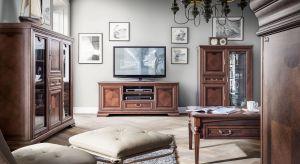 Luksusowy charakter nadają kolekcji ciepłe wybarwienie w odcieniu koniaku oraz włoskie mosiężne uchwyty.