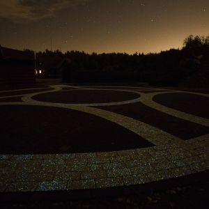 Świecąca nocą kostka brukowa  Lumia. Fot. Polbruk