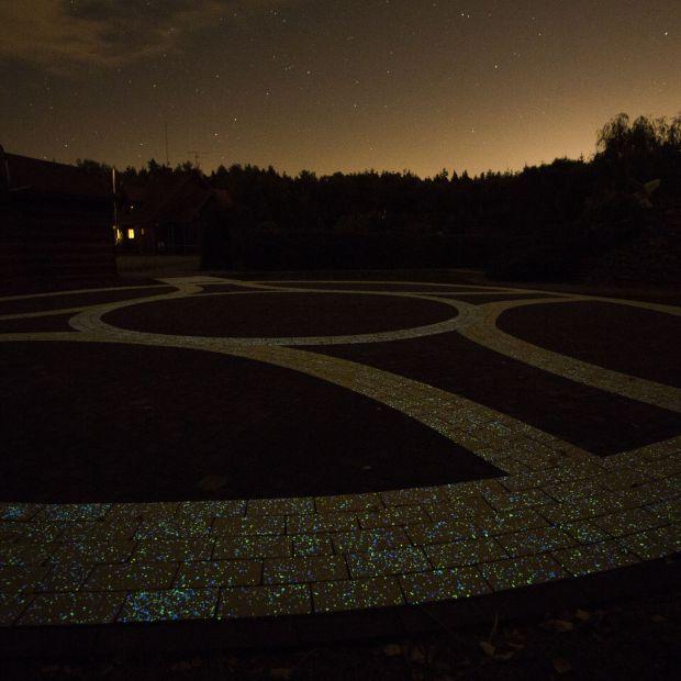 Świecąca kostka brukowa! Rozświetl ogród nocą