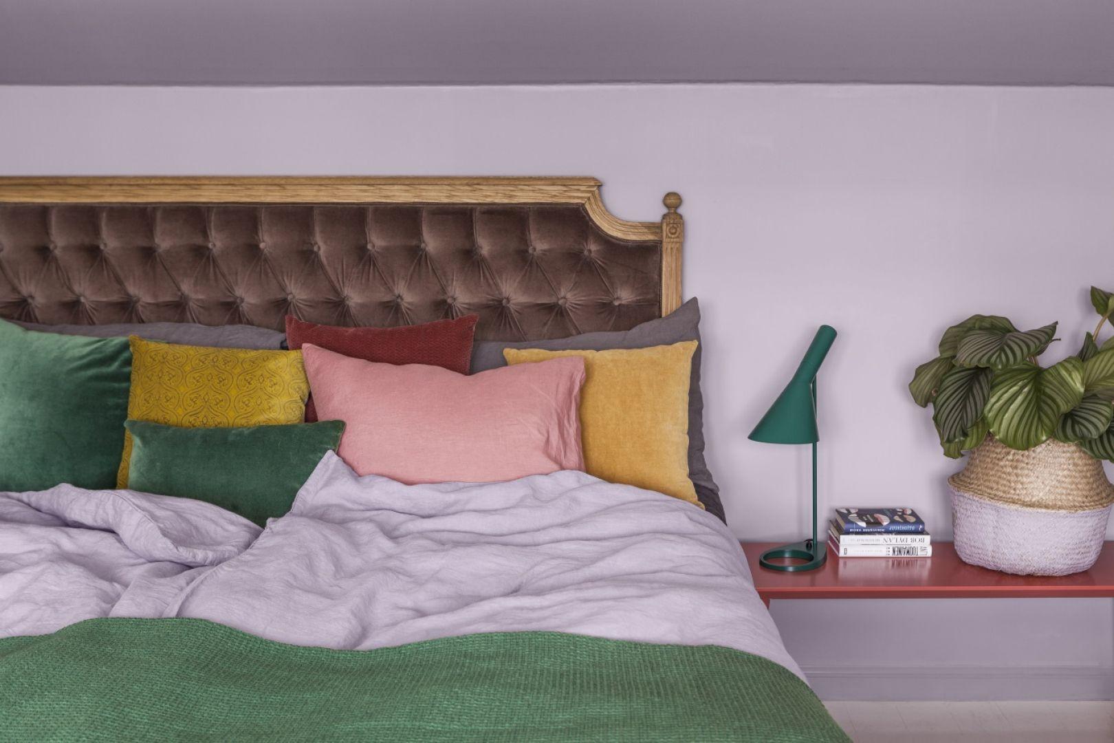 Wnętrza w modnej, kwiatowej oprawie: ściana - Tikkurila Optiva Ceramic Super Matt 3 kolor J426 Lilac; stolik - Tikkurila Everal Aqua Semi Matt 40.  Fot. Tikkurila