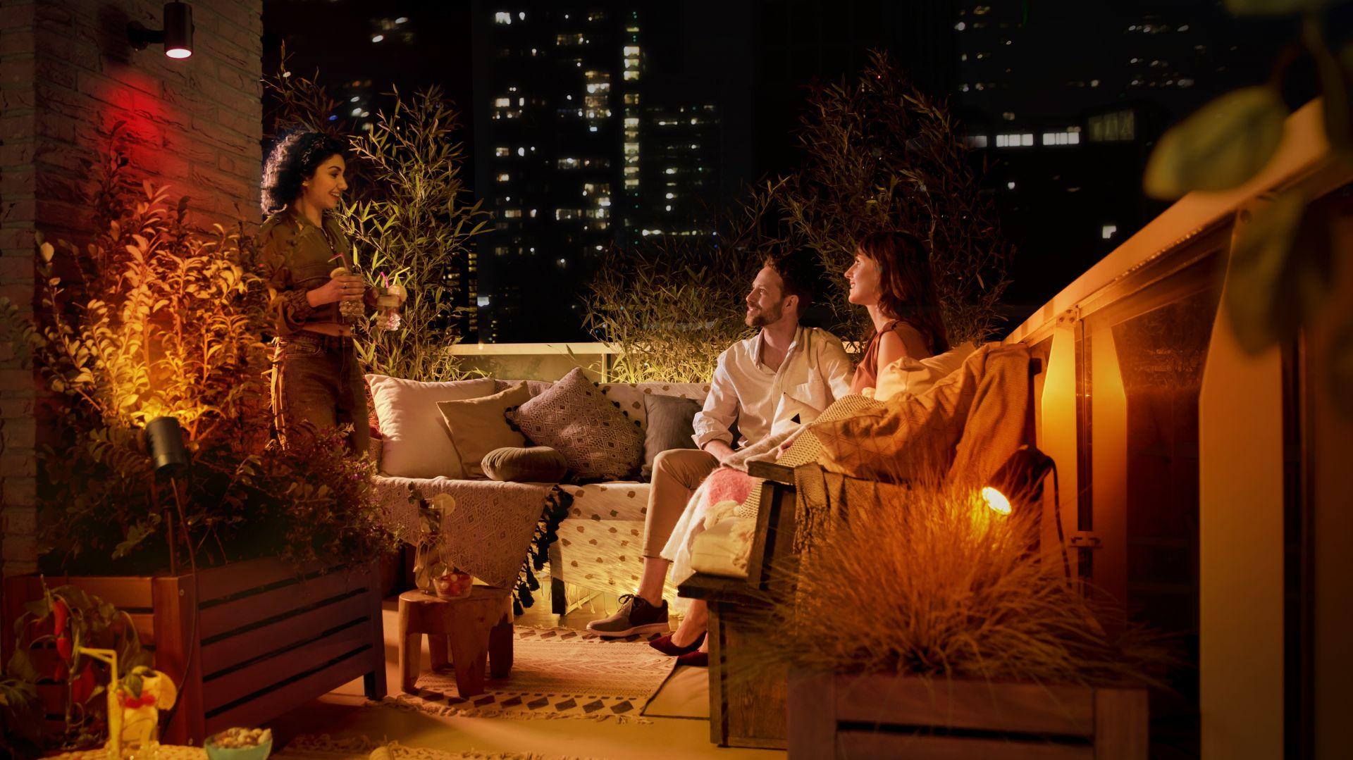 Zadbaj o wyjątkowy nastrój i ciesz się letnimi wieczorami w ogrodzie pełnym światła z Philips Hue Outdoor. Fot. Philips