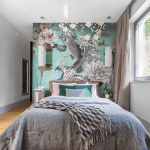 Ścianę za łóżkiem w sypialni zdobi niezwykła tapeta marki LondonArt. Projekt: Małgorzata Denst. Fot. Pion Poziom