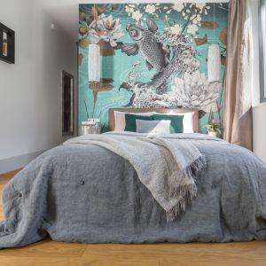 Drewniana podłoga w sypialni nadaje przytulny charakter. Projekt: Małgorzata Denst. Fot. Pion Poziom