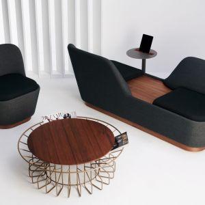 Stolik Amarant wykonany z metalowej ramy i drewnianego blatu. Fot. Spell / Dutchouse.pl
