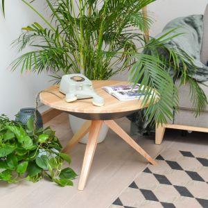 Okrągły stolik  kawowy Y na trójnogu; blat i nogi z drewna jesionowego; pod blatem sprytny schowek. Fot. Do_M