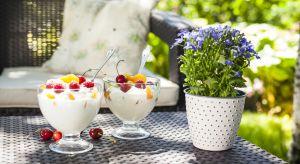 Sezon na pyszne, zimne przysmaki rozpoczął się już na dobre. W cieplejsze dni z chęcią sięgamy po lody, galaretki owocowe czy ciasta z bitą śmietaną. Dużą popularnością cieszą się również chłodne napoje takie jak wielokolorowe soki, kok