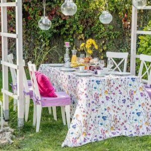 Obrus prostokątny z kolekcji tkanin Flowers, poszewka Kinga na poduszkę z kolekcji Loneta. Fot. Dekoria.pl