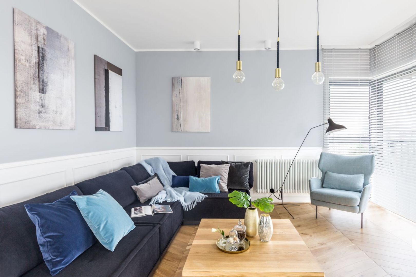 Głównym elementem wystroju salonu jest duża narożna sofa. Projekt: Decoroom. Fot. Pion Poziom