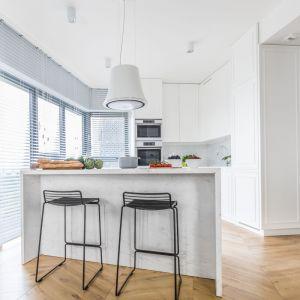 Kuchnia jest nie tylko sercem apartamentu, ale i jego wizytówką. Projekt: Decoroom. Fot. Pion Poziom