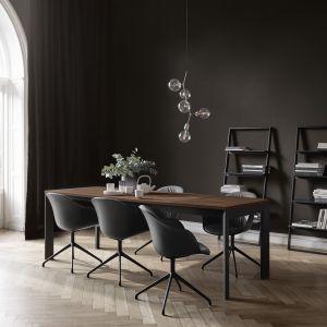 Krzesła Adelaide dostępne w wersji częściowo lub całkowicie tapicerowanej. Fot. BoConcept