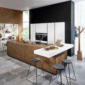 Zabudowa meblowa Nova Lack dedykowana do dużych kuchni z wyspą to efektowne połączenie innowacyjnych materiałów na blaty i fronty szafek. Fot. Nolte Küchen