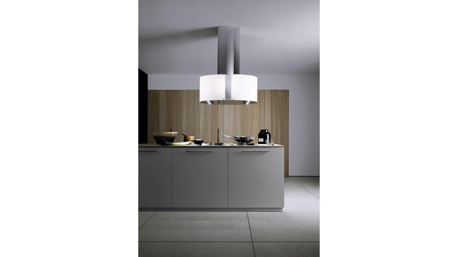 Okap wyspowy Mirabilia Pharo to efektowne połączenie stali i szkła, których urok wydobędzie zintegrowane oświetlenie LED. Fot. Falmec
