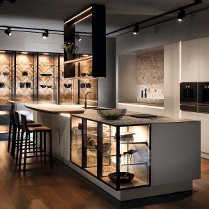 W kuchni New Handle-Free do dyspozycji mamy indywidualnie kontrolowany system oświetlenia biegnącego wertykalnie i horyzontalnie. Światło po raz pierwszy pojawia się też w przestrzeniach między blatem, a frontami. Idealnym dopełnieniem projektu są liczne przeszklenia. Fot. SieMatic