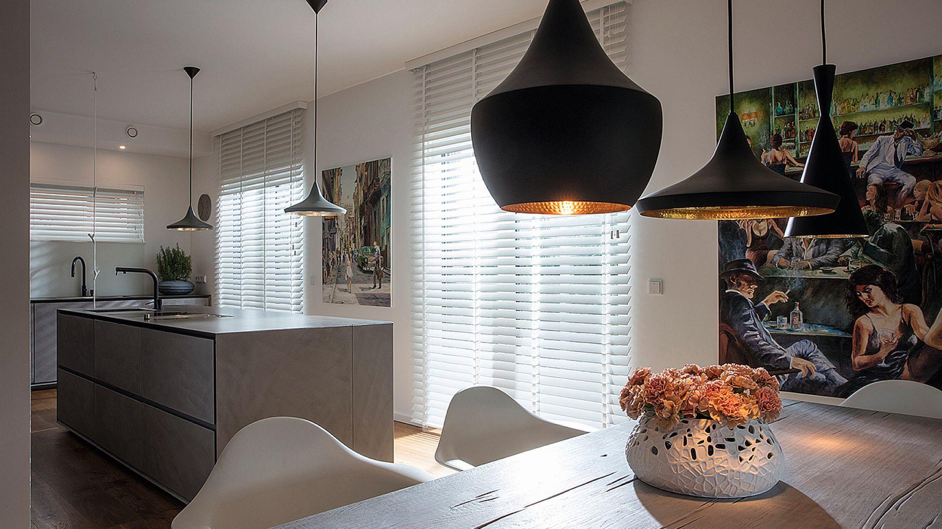 Żaluzje drewniane Jasno Blind pozwalają w łatwy sposób operować światłem słonecznym i cieniem. Do wyboru różne szerokości lameli oraz cała gama ciepłych i świeżych barw. Jasno, www.jasnoshutters.pl