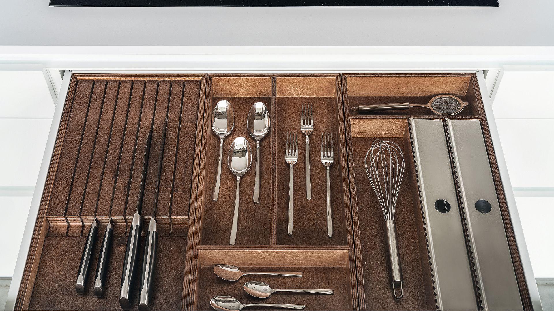 Porządek w szufladach pozwolą zachować maty antypoślizgowe oraz organizery, które w przypadku kuchni Z1 wykonane zostały ze sklejki barwionej w kolorze orzecha. Fot. Zajc