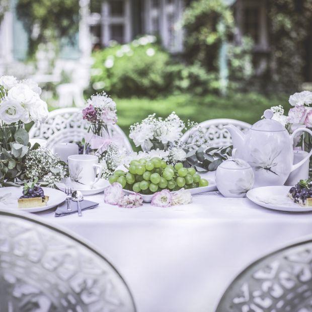 Jadalnia w ogrodzie - porcelana zdobiona kwiatami