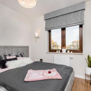 W sypialni znalazło się łóżko z miękkim, tapicerowanym zagłówkiem. Projekt: Joanna Nawrocka. Fot. Łukasz Bera