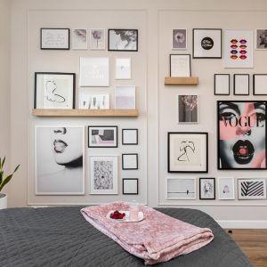 Ścianę w sypialni wieńczy galeria zdjęć i obrazów. Projekt: Joanna Nawrocka. Fot. Łukasz Bera