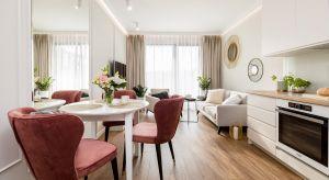 Niewielkie, niespełna 50-metrowe mieszkanie we Wrocławiu przenosi w klimat włoskich i paryskich apartamentów z nutą glamour. Mieszka w nim młoda, elegancka kobieta – wielbicielka takiej estetyki.<br /><br />