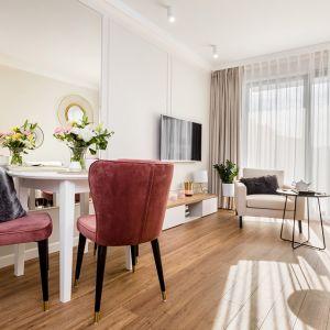 Centrum mieszkania stanowi otwarta strefa dzienna. Projekt: Joanna Nawrocka. Fot. Łukasz Bera