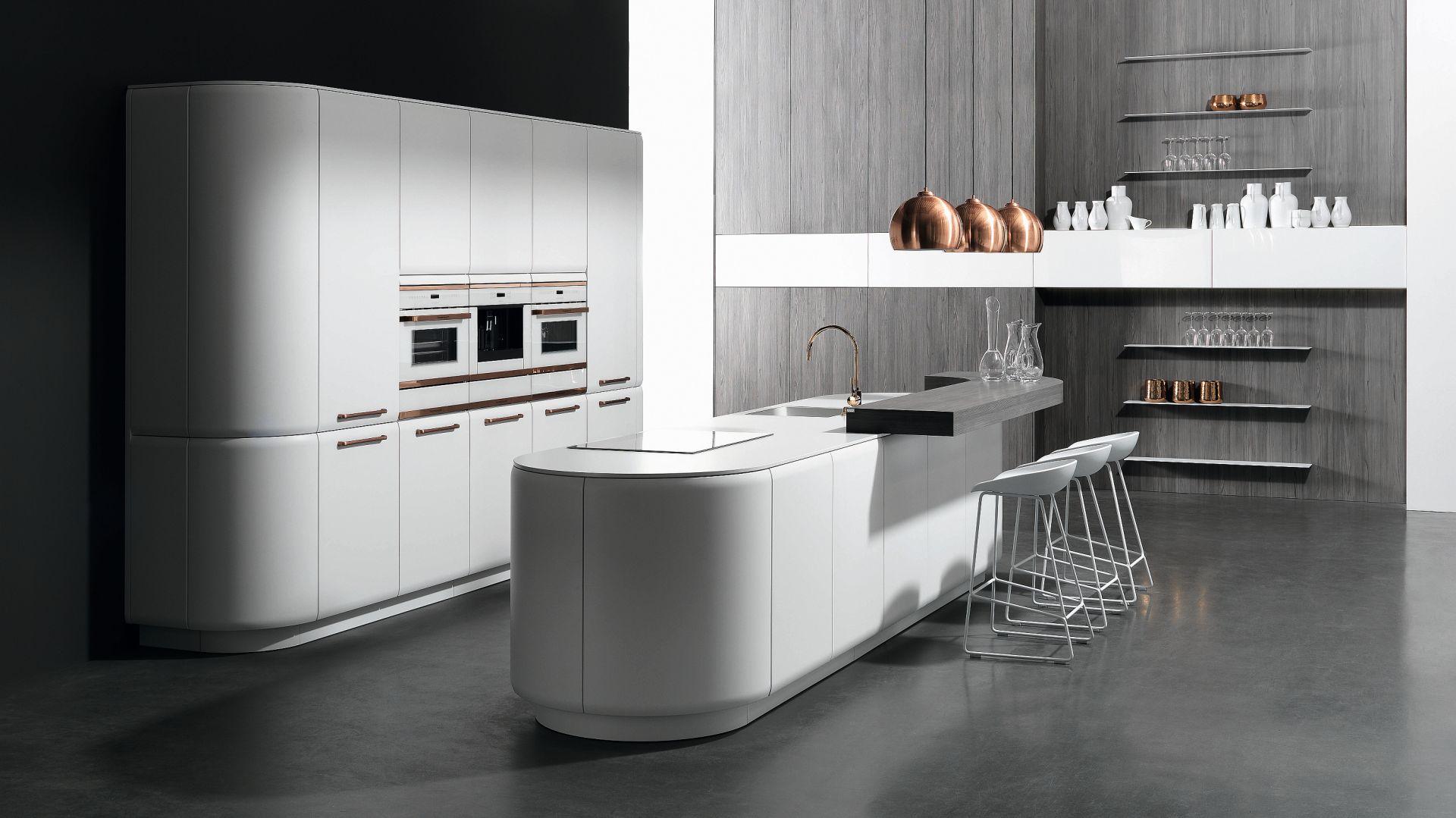 Kuchnia Onda w białym kolorze to wysoka zabudowa meblowa w formie szaf, którą uzupełnia designerska wyspa o zaokrąglonych krawędziach. Fot. Rational