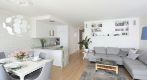 Połączenie jadalni z kuchnią, czy oddzielenie pomieszczeń poprzez stylowy blat to trend polecany przez architektów wnętrz. Dzięki temu rozwiązaniu zyskujemy dużo wolnej przestrzeni i optycznie powiększamy nasze pomieszczenie.