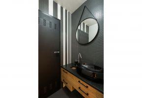 Elementem nowoczesnym jest aranżacja łazienki – połączenie bieli i czerni z drewnem. Projekt: THE SPACE. Fot. Piotr Czaja