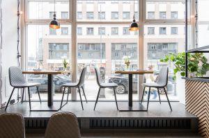Restauracja widoczna jest już z zewnątrz, ponieważ w jej witrynie ustawiono już stoliki dla gości. Projekt: THE SPACE. Fot. Piotr Czaja