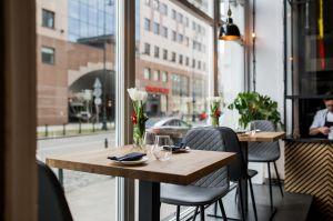 """Architekci chcieli, aby przechodnie mieli poczucie, że restauracja """"wychodzi do nich z zaproszeniem"""". Projekt: THE SPACE. Fot. Piotr Czaja"""