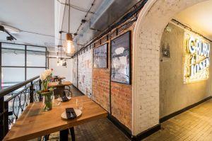 Architekci zdecydowali się na pozostawienie starych balustrad oraz starej podłogi – wszystko zostało odnowione. Projekt: THE SPACE. Fot. Piotr Czaja