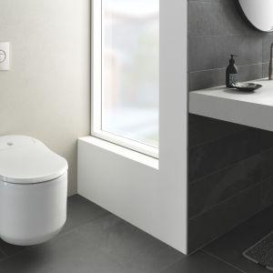 Toaleta myjąca Grohe Sensia Arena z innowacyjnymi funkcjami, takimi jak Skinclean oraz Hygieneclean, podświetlenie nocne, automatyczne podnoszenie deski. Fot. Grohe