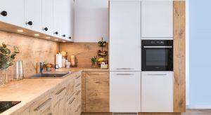 Większa swoboda aranżacji wnętrz kuchennych pozwala na projektowanie asymetrycznych brył mebli czy łączenie różnych barw i struktur frontów. Warto zestawiać ze sobą nie tylko dekory, ale również uchwyty!