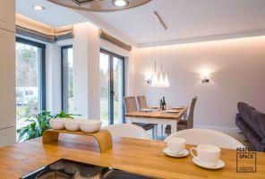 Naprzeciw kuchennej wyspy stanął stół, przy którym cała rodzina może wspólnie celebrować posiłki. Projekt i zdjęcia: Perfect Space