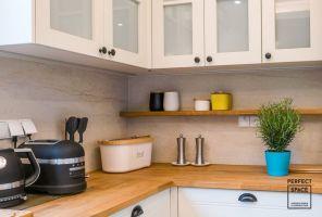 W aranżacji kuchni elementy stylu angielskiego połączono z nowoczesnymi dodatkami. Projekt i zdjęcia: Perfect Space