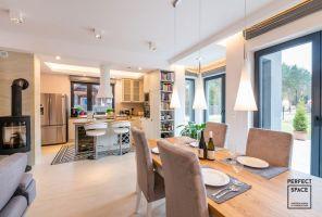 Wnętrza domu w Milanówku urządzono w angielskim stylu, perfekcyjnie łącząc elegancję z przytulnością i rodzinnym ciepłem. Projekt i zdjęcia: Perfect Space