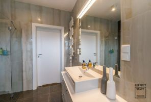 Z głównej łazienki korzysta cała rodzina, dlatego musiała się tu znaleźć zarówno kabina prysznicowa, jak i wanna. Projekt i zdjęcia: Perfect Space