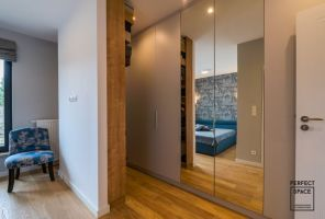 Przy sypialni ulokowano również garderobę. Projekt i zdjęcia: Perfect Space