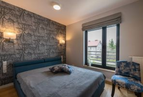 Sypialnia gospodarzy utrzymana jest w stonowanej kolorystyce, sprzyjającej wyciszeniu i relaksowi. Projekt i zdjęcia: Perfect Space