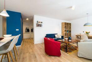 Gruntowny remont nie tylko pozwolił urządzić wnętrza na nowo tak, aby były zgodne z aktualnymi trendami aranżacyjnymi, ale także - a może przede wszystkim - pozwolił dostosować przestrzeń do aktualnych potrzeb domowników. Projekt i zdjęcia: Perfect Space