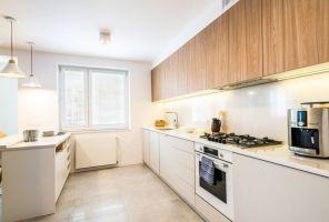 Wrażenie przestronności potęguje jasna kolorystyka ścian i kuchennej zabudowy. Projekt i zdjęcia: Perfect Space