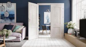 Wygodne meble, przytulne otoczenie i harmonijne kolory będą sprzyjały relaksowi w domowym zaciszu. Dopełnieniem będą pasujące do wystroju drzwi, które urzekną swoim wykończeniem i designem.