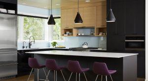 Lakierowane fronty kuchenne zapewniają ciekawy efekt głębi oraz prezentują się bardzo elegancko. Są jednak wymagające na co dzień – widać na nich drobne zabrudzenia, a niekiedy też ślady palców. Na szczęście połysk w kuchni nie musi iść