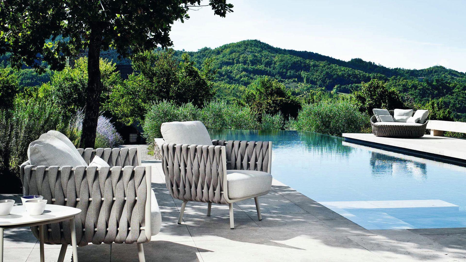 Fotele Tosca z wyplatanymi podłokietnikami. Fot. Rooms Design
