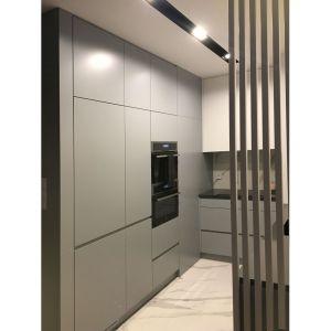 Kuchnia to miejsce, w którym architekci wykorzystali każdą wolną przestrzeń – szafki od podłogi do sufitu dają spore możliwości przechowywania i o to chodziło inwestorce. Projekt: Sztyblewicz Architekci. Fot. AQForm