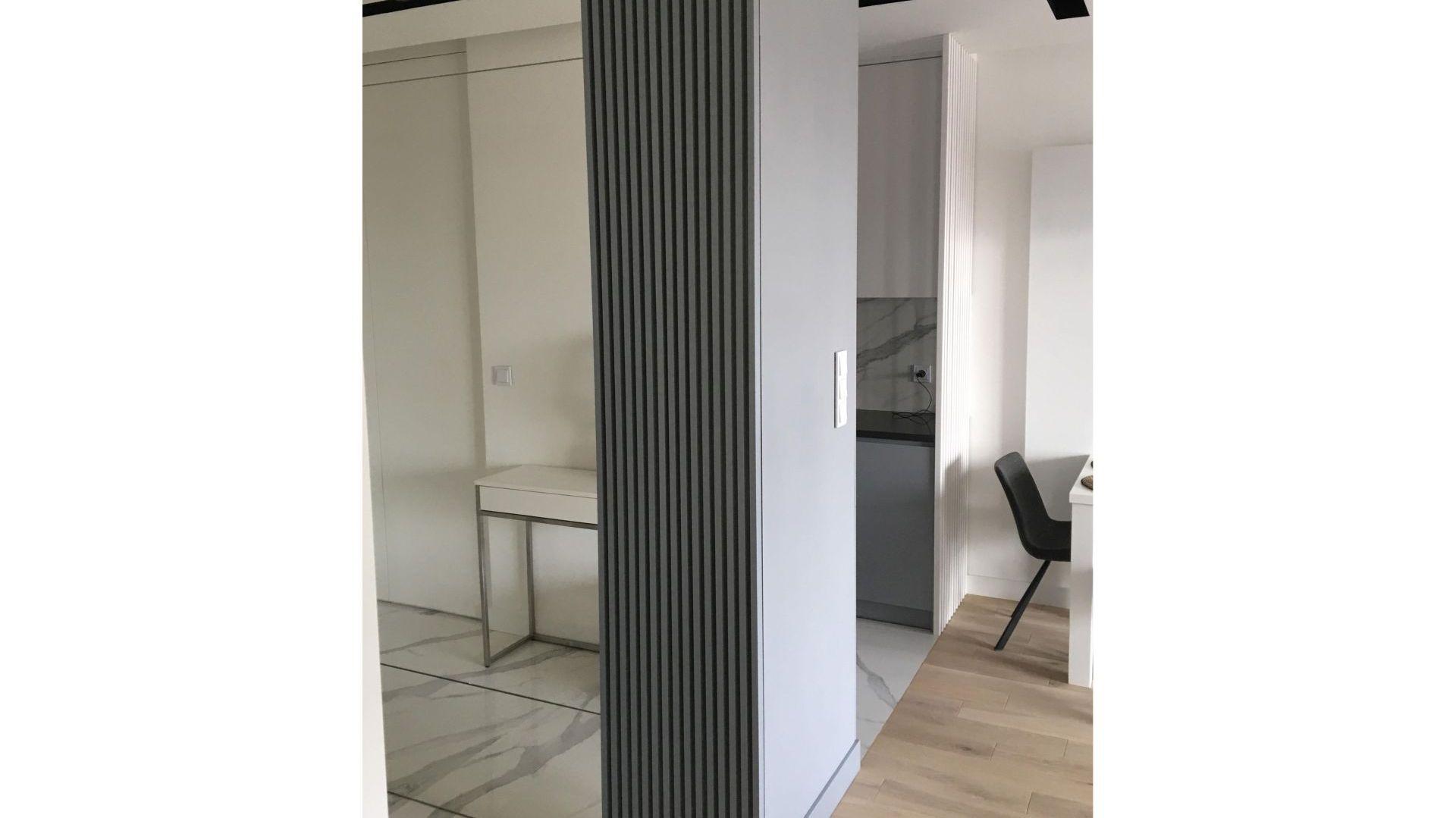 W nowoczesny, minimalistyczny wystrój wnętrza doskonale wpisuje się dobrane przez architektów oświetlenie. Projekt: Sztyblewicz Architekci. Fot. AQForm