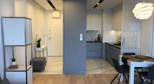 Inwestorce - młodej, nowoczesnej kobiecie - zależało na tym, by wystrój jej 60-metrowego mieszkania był tyleż funkcjonalny, co estetyczny. Architekci pracowni Sztyblewicz Architekci postawili na nowoczesność wzbogaconąkilkoma elementami stylu g