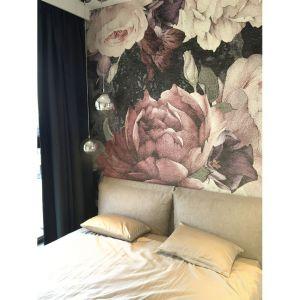 Tapety z motywem roślinnym wykorzystano w salonie oraz w sypialni. W ten sposób zaakcentowano kobiecość wnętrz, a przestrzeń zyskała przytulny charakter. Projekt: Sztyblewicz Architekci. Fot. AQForm
