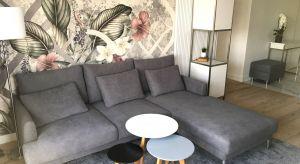Ten projekt 60-metrowego mieszkania to połączenie nie tylko nowoczesności z elementami glamour, ale też mocne postawienie na funkcjonalność. Na tym właśnie zależało inwestorce -młodej, nowoczesnej kobiecie, ceniącej praktyczne i estetyczne r