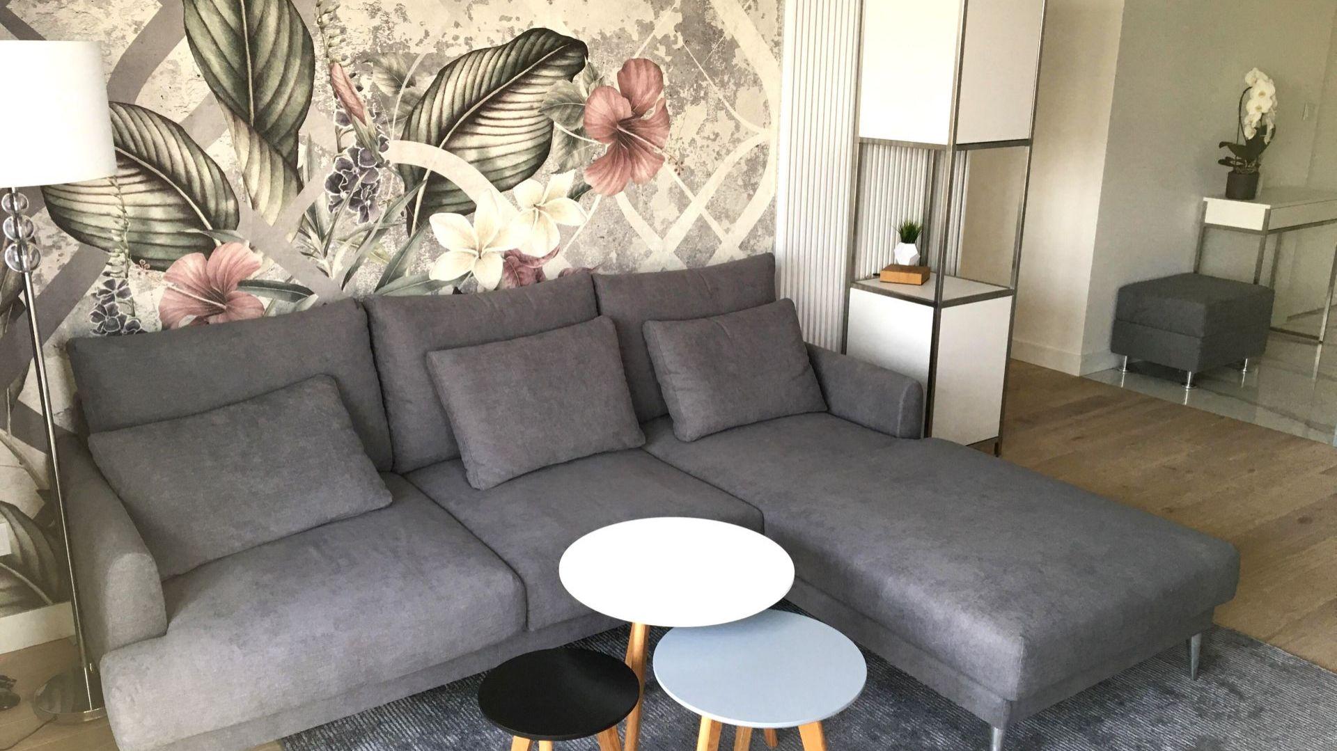 W aranżacji wnętrz apartamentu dla młodej, nowoczesnej inwestorki udało się wprowadzić kilka elementów glamour, dzięki czemu przestrzeń zyskała bardziej kobiecy charakter. Projekt: Sztyblewicz Architekci. Fot. AQForm